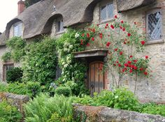 Thatched cottage in Amberley, West Sussex pieces) Cottage Living, Cottage Homes, Cottage Gardens, English Village, English Cottages, Country Cottages, English Homes, Beautiful Homes, Beautiful Places