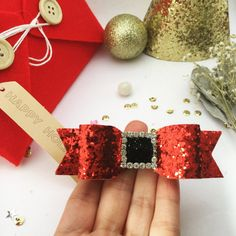 Santa's Bow Red and black Glitter Bow for Baby/girl Christmas Hair Bows, Christmas Crafts For Kids, Headband Tutorial, Ribbon Art, Cheer Bows, Girls Hair Accessories, Girls Bows, Baby Bows, How To Make Bows