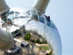 Limpiando el Atomium (Bruselas): La suerte o la casualidad me brindaron la posibilidad de poder fotografiar a un operario descolgándose por la esfera principal del Atomium de Bruselas. La verdad, impresionaba el verle ahí arriba, al natural, ya que en la fotografía tomada con un medio tele de 200 mm, el encuadre acerca demasiado al sujeto y no se aprecia realmente la magnitud del monumento, la esfera, de 18 m de diámetro…Ver más en: http://www.fotografiart.eu/limpiando-el-atomium-bruselas/