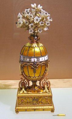 VAJÍČKO LILIE MADONNY (1899) -  Vajíčko je dar od cara Mikuláše II. pro manželku Alexandru Fjodorovnu na Velikonoce roku 1899. Má podobu hodin s otáčivým číselníkem. Tělo hodin zdobené průsvitným žlutým smaltem je rozděleno do dvanácti částí, které jsou posázeny pruhy z diamantů. Pás ciferníku, který rozděluje vejce, je z bílého smaltu s dvanácti diamantovými římskými číslicemi a otáčí se po obvodu vajíčka.Diamantová šipka nehybně vyčnívá.Zlatý klíč byl použit k ukončení mechanismu.