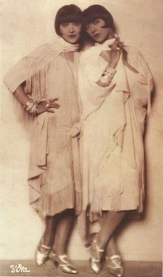 37 Vintage Portrait Photos of the Dolly Sisters, Scandalous Vaudeville Performers From the Jazz Age Dolly Sisters, Top Fashion, Art Deco Fashion, Mode Vintage, Vintage Ladies, Vintage Style, Vintage Beauty, Vintage Fashion, Fashion 1920s