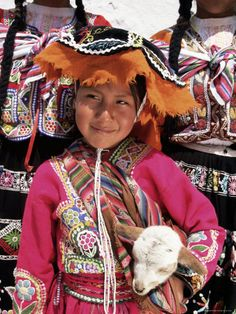 Portrait of a Local Smiling Peruvian Girl in Traditional Dress, Holding a Young Animal, Cuzco, Peru Lámina fotográfica por Gavin Hellier en AllPosters.es