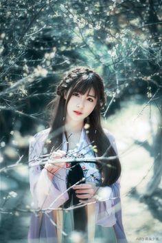 """""""Hoa sẽ không vì bị bạn lạnh nhạt mà sang năm không nở nữa; nhưng người có thể vì sự bỏ lỡ của bạn mà chớp mắt trở thành người lạ."""" ( Bạch Lạc Mai)"""