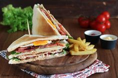 Club Sandwich ricetta originale con pollo, bacon e uovo, il mitico ClubHouse Sandwich. Qualche trucco per preparare perfettamente questo sandwich americano.