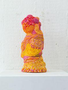 "Angelika Arendt ""Pompon"", Modelling clay, porcelain, 23 x 10 x 9 cm, 2016, ""Under Construction"" Kunstausstellung im Schau Fenster, Lobeckstraße 30-35, Berlin Kreuzberg, 13.-29. Januar 2017, https://schaufensterunderconstruction.wordpress.com/ Foto: André Wunstorf"