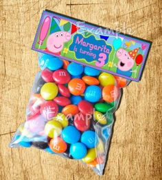 Simple party goodie bag - coloured candies from Brazil - on table: large lollipops, cupcakes and chocolates Pig Birthday, Third Birthday, 3rd Birthday Parties, Birthday Ideas, Peppa Pig Bag, Cumple Peppa Pig, Cumple George Pig, George Pig Party, Lila Party