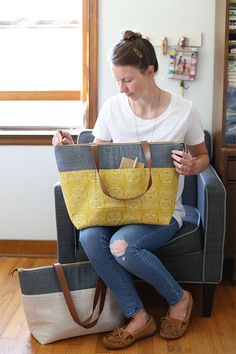 Rain Walk Zip Top Totes - Noodlehead, pattern from Handmade Style by Anna Graham, fabric is Rain Walk for Fabrics. Tote Bags, Tote Purse, Satchel Bag, Tote Pattern, Bag Patterns, Sewing Patterns, Wallet Pattern, Diy Bags Purses, Diy Handbag