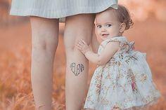 Mãe com tatuagem do nome da filha na perna