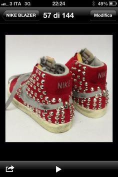 La nike rossa borchiata da www.ilmalteselab.com ! Passate a trovarci sul sito per tanti altri modelli e marchi !! Vans, noke, blazer, converse, dr.j, creepers e date !!