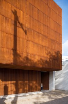 Corten House / Marcio Kogan.The facade of the house is made of Corten weathering steel