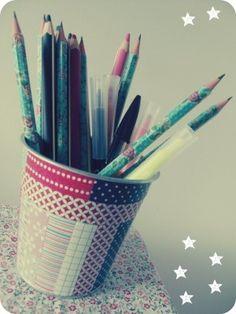 """En ce mois de rentrée, une petite activité pour customiser les pots à crayon de toute la famille ! Inspirez-vous avec le blog #DIY d'Emmanuelle """"Avec ses 10 petits doigts"""" : #potàcrayon #famille #activité"""