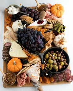 Charcuterie Recipes, Charcuterie And Cheese Board, Brie, Fall Recipes, Holiday Recipes, Fall Fruits, Seasonal Fruits, Party Food Platters, Fall Baking