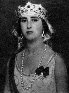 Cayetana's mother, Maria del Rosario de Silva, wearing a lovely strawberry leaf diamond tiara, with emeralds, in 1931, hence wearing the piece bandeau style.