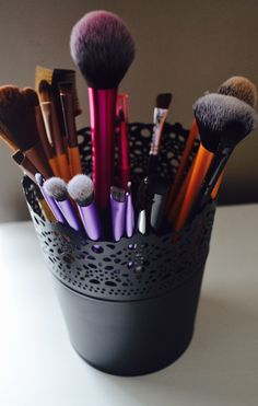 "need somewhere to hold all of your brushes? try IKEAs ""SKURAR"" plant pots. they make a great brush holder and they are cheep too! Makeup Brush Holders, Makeup Brush Set, Makeup Kit, Beauty Makeup, Vanity Organization, Organization Ideas, Potted Plants, Plant Pots, Flower Makeup"