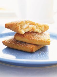 Chaussons aux pommes (there is an option to print in English) Apple Turnover Recipe, Turnover Recipes, Apple Turnovers, Apple Recipes, New Recipes, Baking Recipes, Favorite Recipes, Just Desserts, Delicious Desserts