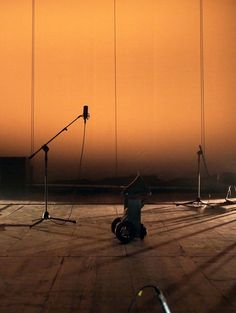 In this version of Faust, theatre becomes the instrument that determines the performance. The action is orchestrated by the equipment of the space and the sounds are determined by their technical functions, simultaneously to the work's creation.