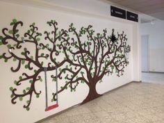 Sahattu puu-naulakko Uudenkaupungin Viikaisten koulun aulassa.