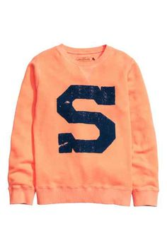 Printed sweatshirt: Long-sleeved top in printed sweatshirt fabric with ribbing at the cuffs and hem. Boys Clothes Online, Latest T Shirt, H&m Online, Printed Sweatshirts, Hoodies, Fashion Kids, Fashion Online, Long Sleeve Tops, Graphic Sweatshirt