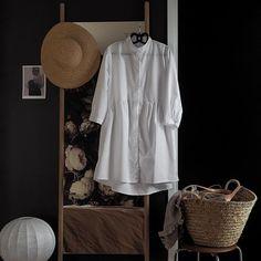 Summer I'm ready 😎 Kun kelit tästä lämpeää niin uskon tämän @gauhar_helsinki combon olevan yksi käytetyimmistä asukokonaisuuksistani! Tämän paitamekon ostin tovi sitten ja olen saanut lahjana Gauharilta tuon ihanan olkihatun ja kassin. Vähän tuli synkkä keli kun kuvailin makuuhuoneessa, mutta toisaalta tykkäsin kovasti kuvien vähän hämyisestä tunnelmasta. Lupaan myös asukuvia heti kun tarkenen ulkona näissä liihotella! #gauharhelsinki #gauhar #shirtdress #paitamekko #mystyle #muntyyli #muoti Tuli, Shirtdress, Helsinki, Shirt Dress, Dress Shirt