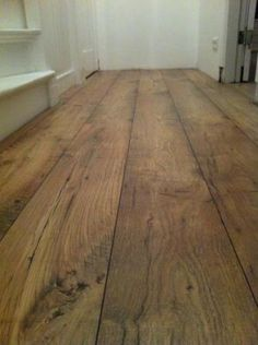 Tip voor badkamer; keramische tegels, maar lijkt op houten vloer.