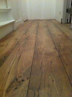 ... voor de badkamer; keramische tegels, maar lijkt op houten vloer. More
