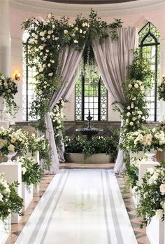 Desde hortensias blancas y flores de cerezo rosadas a tulipanes rojos y elegantes rosas: en esta galería encontraréis 21 ideas muy chic para decorar el altar de vuestra boda. #BarceloWeddings #WeddingFlowers #bodas #FloresDeBoda