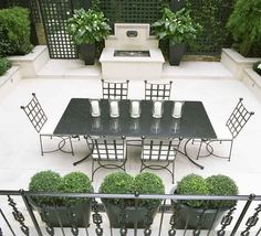 Outdoor dining area in a home in London, England designed by Helen Green Design Outdoor Living Rooms, Outdoor Dining, Outdoor Decor, Como Plantar Pitaya, Outdoor Areas, Outdoor Entertaining, Backyard Landscaping, Exterior Design, Outdoor Furniture Sets