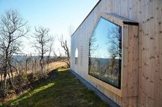 The-side-of-the-house-with-wooden-exterior-and-wonderful-windows-design.jpg (1024×678)