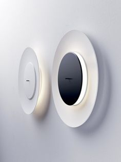 Different effects and moods are possible depending on how the small disc is positioned with respect to the diffuser. It offers either an intense direct light, or an indirect and soft one that spreads on the wall. By simply pulling or pushing on the rod on the front of the disc it immediately changes the lighting effect