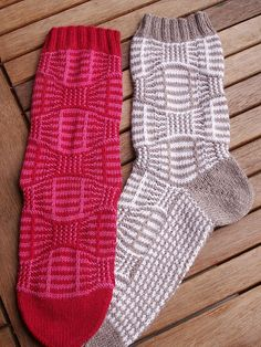 Montgolfiere was designed for the Socken-Kreativ-Liste, a German yahoo-KAL with 2000 members. Crochet Quilt, Crochet Socks, Knitted Slippers, Knitting Socks, Knit Crochet, Knit Socks, Knitting Designs, Knitting Projects, Knitting Patterns