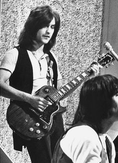 Dave Davies of the Kinks was most famously seen with a '78 Gibson Artisan Les Paul.