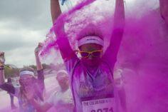 仏・パリ(Paris)で開催された「カラー・ラン(Color Run)」で、全身粉まみれになる参加者(2014年4月12日撮影)。(c)AFP=時事/AFPBB News