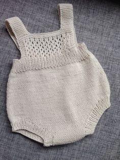 Ravelry Kirstisi S Hentesett I Blått - Alaskacrochet.Com - Diy Crafts - hadido Newborn Crochet Patterns, Baby Patterns, Knit Patterns, Knitted Baby Clothes, Knitted Romper, Diy Romper, Onesie Pattern, Baby Cardigan, Knitting For Kids
