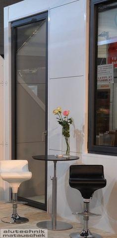 Aluminium-Türen und -Portale sind wie die Gesichter einer Hauswand, die Sie und Ihre Gäste freundlich in Empfang nehmen. Gleichzeitig aber müssen sie auch Schutz und Sicherheit bieten. Freundlich, Oversized Mirror, Frame, Furniture, Home Decor, House Exteriors, Faces, Safety, Products