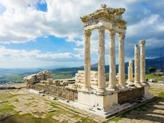 A antiga cidade grega de Pérgamo, perto da costa turca do mar Egeu, era um dos mais importantes centros de cultura, arte e arquitetura do mundo antigo. A acrópole, a parte da cidade construída nas partes mais altas, abriga ruínas de monumentos importantes como o Altar de Pérgamo, o Santuário de Athena, o Templo de Dionísio e a Biblioteca de Pérgamo, que competia em importância com a famosa Biblioteca de Alexandria.