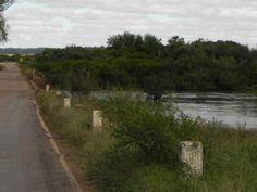 Arroyo Cuaró. Ha llovido y el caudal de los arroyos fácilmente puede llegar a impedir el paso de los vehículos.