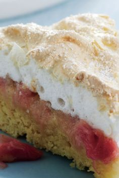 Rabarberkage med låg af marengs // Rhubarb cake with meringue Danish Cake, Danish Dessert, Danish Food, Rhubarb Recipes, Coconut Recipes, Cookie Recipes, Dessert Recipes, Rhubarb Cake, Scandinavian Food
