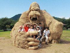 Gigantescas esculturas de animales hechas de paja