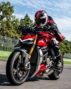 The most performing naked ever with the Panigale soul and the character of a bike that doesn't gi - Reality Worlds Tactical Gear Dark Art Relationship Goals Ducati Motorbike, New Ducati, Moto Ducati, Motorcycle Suit, Moto Bike, Ducati Models, Custom Street Bikes, Cafe Racer Bikes, Ducati Monster