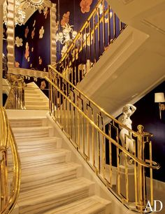 Mirrors and silk fabric add glamour to a stairway in hotelier Steve Wynn's Las Vegas residence, which was designed by architects DeRuyter Butler and Glen Ashworth along with interior designer Roger Thomas. Railing Design, Stair Railing, Stair Design, Banisters, Stairs Architecture, Interior Architecture, Interior Design, Wynn Las Vegas, Las Vegas Homes