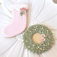 Victorian Christmas Stocking and Wreath Cookies Christmas Stocking Cookies, Christmas Sugar Cookies, Christmas Sweets, Christmas Baking, Pink Christmas, Christmas Biscuits, Christmas Colors, Merry Christmas, Christmas Decorations