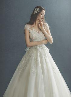 Bridal Dresses, Wedding Gowns, Prom Dresses, Elegant Dresses For Women, Classic Wedding Dress, Princess Wedding, Wedding Styles, Wedding Photos, Dress Wedding