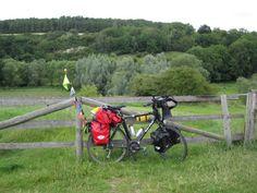 """Ayant accumulé quelques milliers de kilomètres de voyage en France et en Europe, j'ai pensé qu'il serait sympa de faire partager ma check-list avec ceux souhaitant entreprendre, à leur tour, une ballade de plusieurs semaines sur leur """"âne de métal"""" favori.... Touring Bicycles, Touring Bike, Rando Velo, Rio, Canal Du Midi, Europe, Loire, Road Trip, Cycling"""
