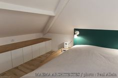 In the attic of this small house in Ivry-sur-Seine, the owners have installed their bedroom, their bathroom, a dressing room as well as a small library area. Attic Master Suite, Paris Rooms, Attic Bedrooms, Attic Remodel, Creative Home, Bedroom Wall, My Room, Home Remodeling, Living Spaces