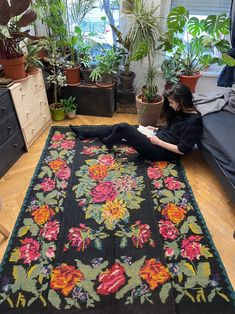 Beautiful colors, sweet flowers on a black background, floral decor with accents of dusty pink, green, yellow and fuchsia. Rug Making, Handmade Rugs, Black Backgrounds, Rugs On Carpet, Wool Rug, Flower Power, Hand Weaving, Modern Design, Rug Patterns