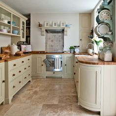 Traditional country kitchens are a design option that is often referred to as being timeless. Over the years, many people have found a traditional country kitchen design is just what they desire so they feel more at home in their kitchen. Painting Kitchen Cabinets, Kitchen Paint, Home Decor Kitchen, New Kitchen, Kitchen Country, Petite Kitchen, Kitchen Ideas, Wall Cupboards, Kitchen Cupboard
