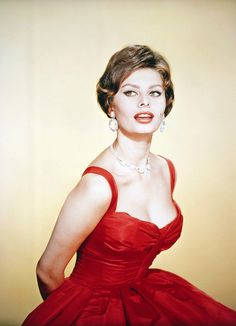 Sophia Loren's beauty and Hollywood glamour have made her one of the biggest icons ever. From acting in the most iconic film roles to how she did her make up, Sophia Loren is a legend. Estilo Sophia Loren, Sophia Loren Style, Sophia Loren Images, Glamour Hollywoodien, Robes Glamour, Old Hollywood Glamour, Hollywood Stars, Hollywood Poster, Beautiful Celebrities