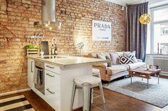 Cocina con salón integrado con ladrillo a la vista