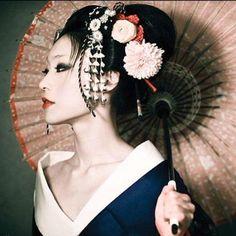 Al ver los flamantes peinados de geisha, nos quedamos asombradas de semejante belleza. Complicados de realizar pero aquí te enseñamos como hacerlos y más. Geisha Japan, Geisha Art, Japanese Geisha, Japanese Kimono, Japanese Girl, Kyoto Japan, Okinawa Japan, Japan Japan, Geisha Makeup