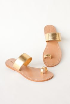 Wedding Shoes: The perfect beach friendly shoe - Palermo Sandal from Trina Turk Toe Ring Sandals, Shoes Flats Sandals, Flat Sandals, Leather Sandals, Shoe Boots, Gold Sandals, Sandals Outfit, Mode Shoes, Pretty Shoes